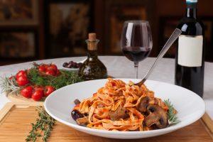 plato espaghetti y vino