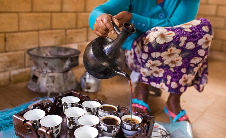 Ciudadana de Etiopía sirviendo café.