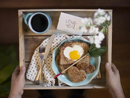 Desayuno y café en bandeja