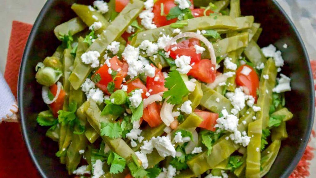 Ensalada de nopales para acompañar las enchiladas