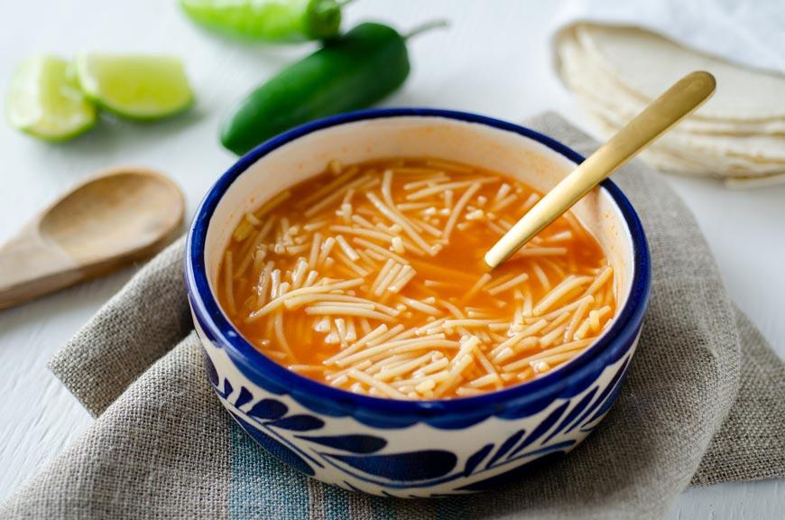 Sopa de fideo para acompañar las enchiladas