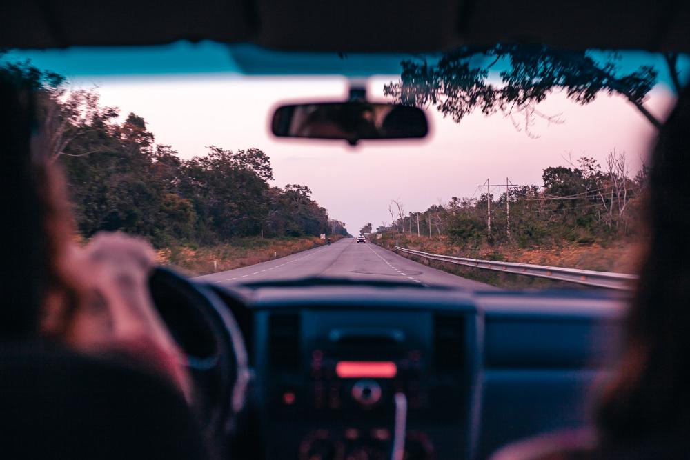 Dos mujeres realizando un viaje en carretera