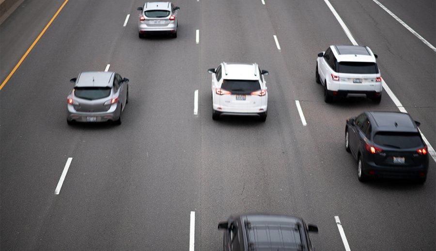 Autos realizando un viaje en carretera